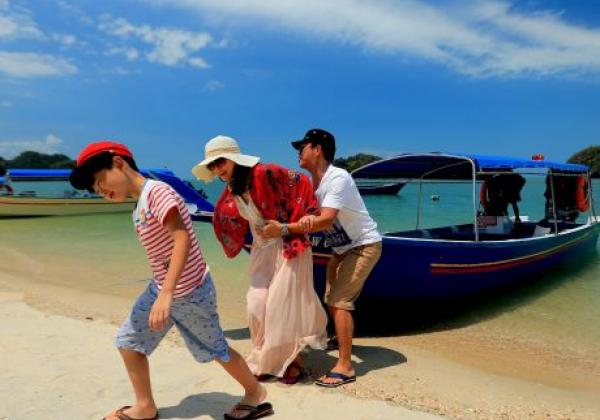 malaysia---boat-by-the-beach-(1)