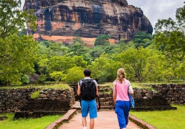 panoramic-photo-of-tourists-in-the-royal-gardens-at-sigiriya-rock-fortress-aka-lion-rock-sri-lanka