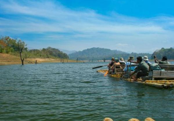 bamboo-rafting-in-periyar-lakekerala-mnpt0f