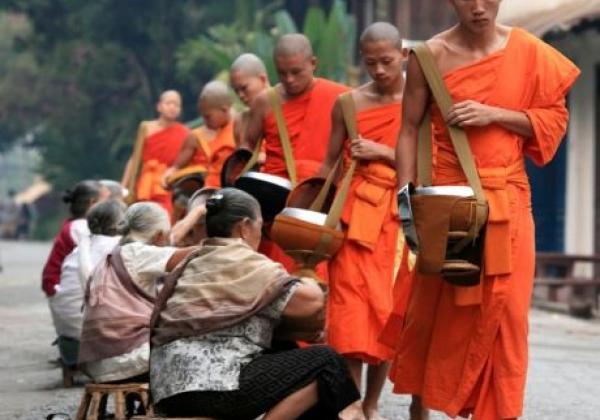 laos-alms-giving-2