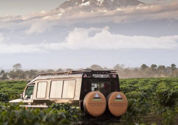 jeep-vor-krater