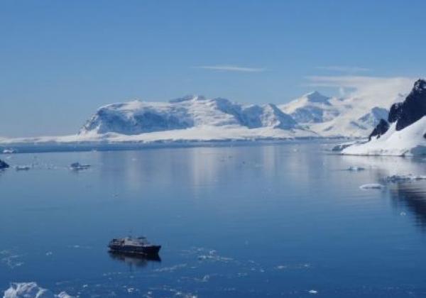 schiff-in-der-antarktis.jpg