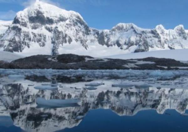 spiegelnde-berge-antarktis.jpg