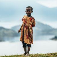 kind-in-uganda-vor-bergen